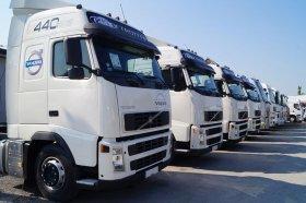 Białe ciężarówki w rzędzie